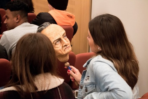 Los equipos artísticos explican el proceso creativo a los alumnos
